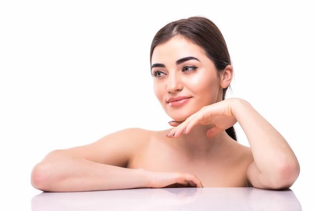 裸化粧品で魅力的な若くて健康な女性の顔。スキンケアと美容のコンセプト
