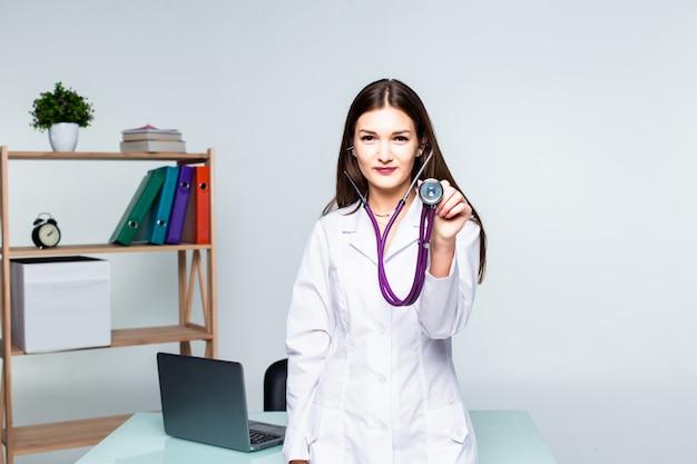 オフィスの病院で女性医師の肖像画