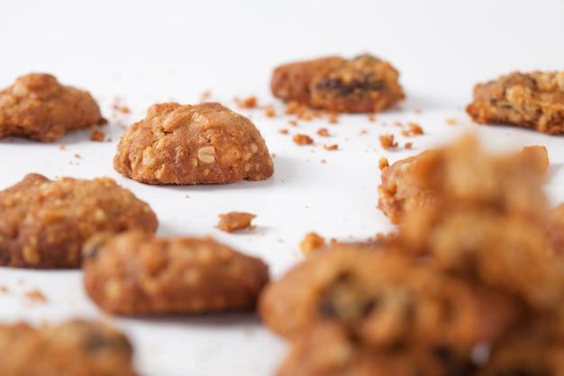 スタジオで白い背景で隔離のクッキーを閉じる。