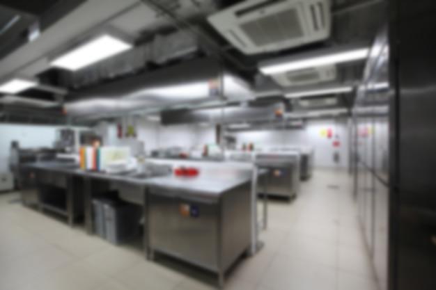 調理器具、中の誰もが付いている台所のぼやけて背景。