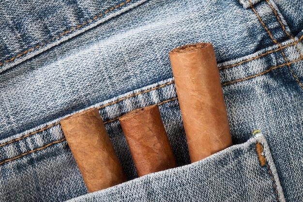 背面のジーンズポケットに葉巻