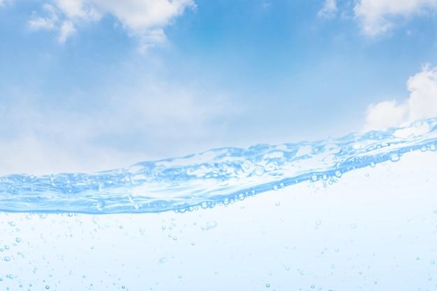 Волна питьевой воды и пузырь воздуха белый фон неба.