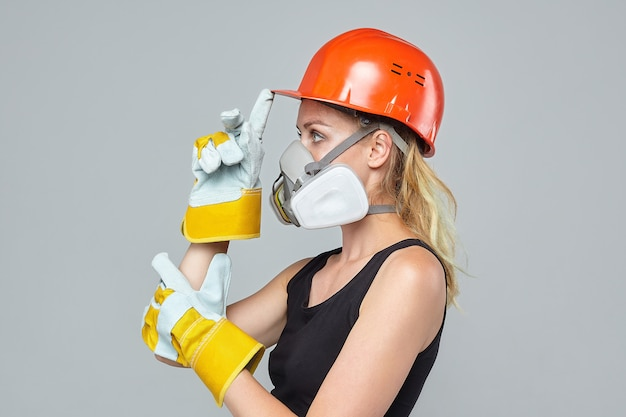 金髪の女性。人工呼吸器と保護用ヘルメット。建設コンセプト
