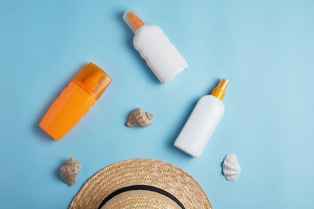 貝殻と帽子で保護するための様々なローションボトルとクリーム