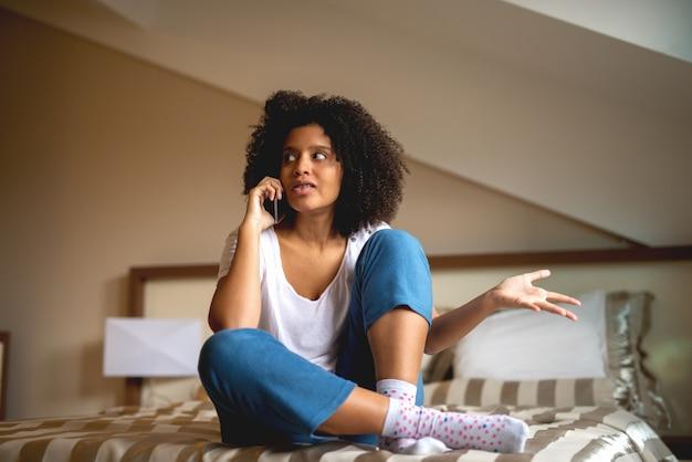 携帯電話で話す。
