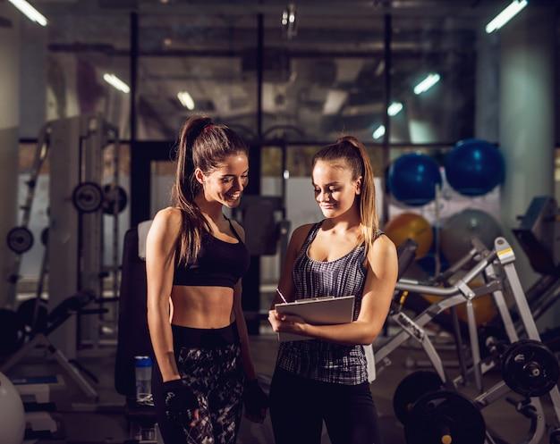 Портрет молодой улыбающийся привлекательный здоровый фитнес спортивный активный стройная девушка