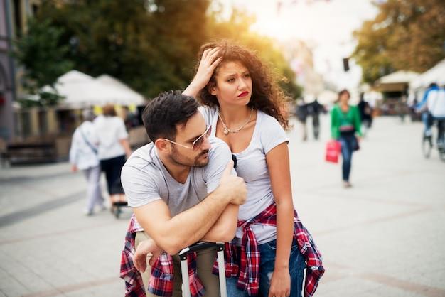 Молодая стильная пара ждет скучно в городе.