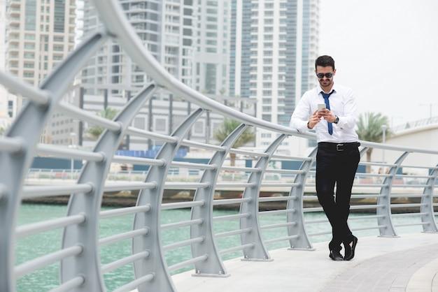 Красивый бизнесмен, прогуливаясь по городу хорошо одеты.