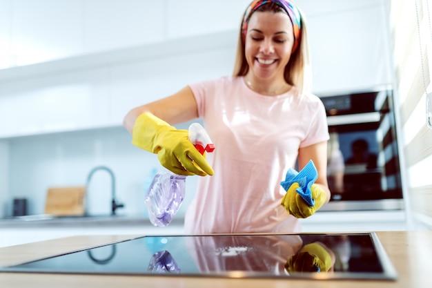 Женщина убирает дом.