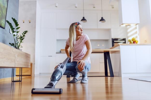 女性が彼女の家を掃除します。