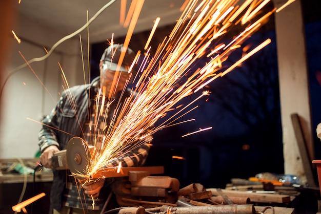 Горячие блестки вокруг мастерской шлифовщика, мастера распиловки.