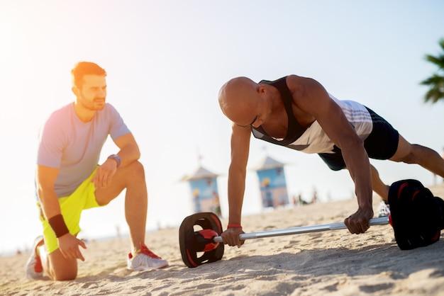 Укомплектуйте личным составом нажимать вверх разрабатывать с тренировкой штанги с тренером.
