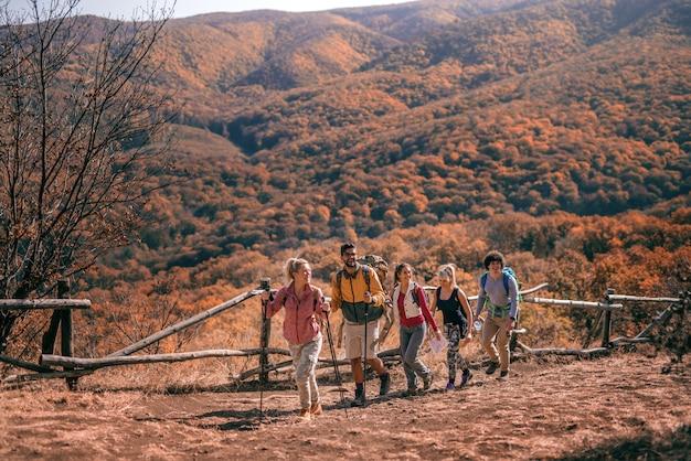 Туристы восхождение на холм.
