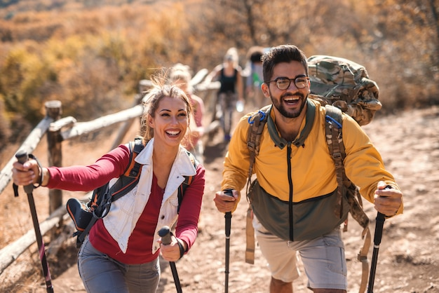 秋のハイキング幸せなカップル。グループの残りの部分。
