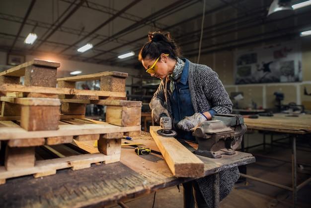 Зрелая работница в столярной мастерской
