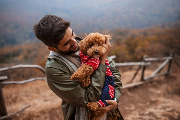 屋外で立って犬を抱きかかえた