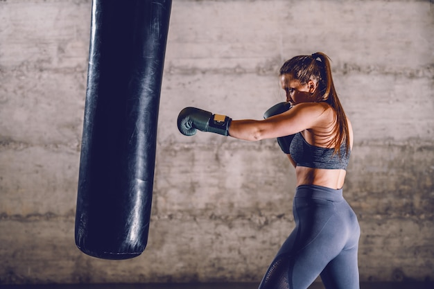 スポーツウェアの若い専用白人筋肉女性ボクサーの全長