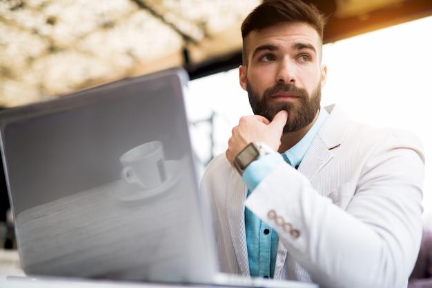 解決策問題ビジネスマンコンセプト作業ノートパソコンを見つけます。