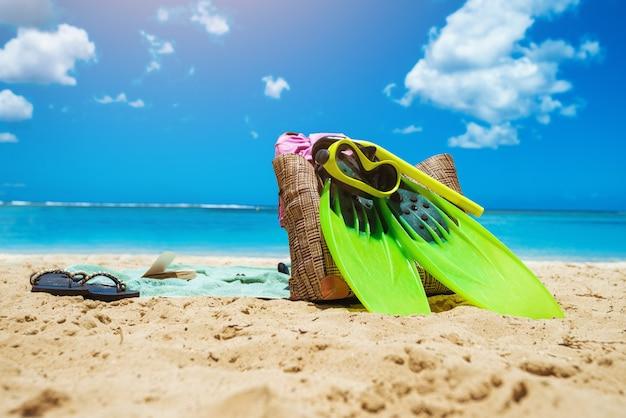 ビーチアクセサリーのクローズアップ。緑のダイビングマスクと足ひれ。夏時間