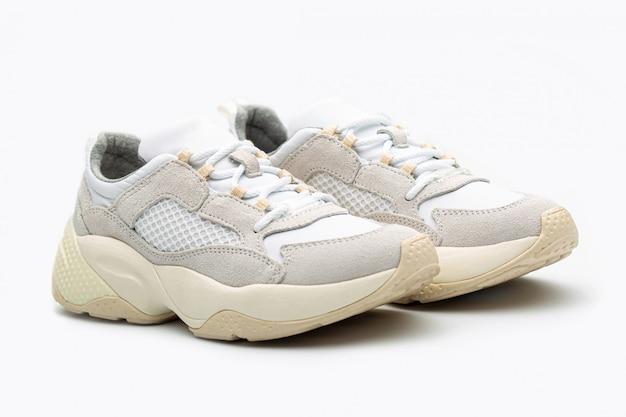 白いスニーカーの靴の女性
