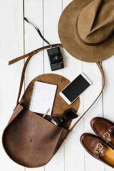 Женщины журналист или путешественник аксессуары на белом деревянном столе фоне плоской планировки