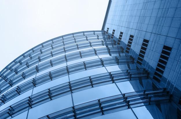 Взгляд перспективы абстрактной архитектуры делового центра стеклянный. небесный фон. синий цвет горизонтальный