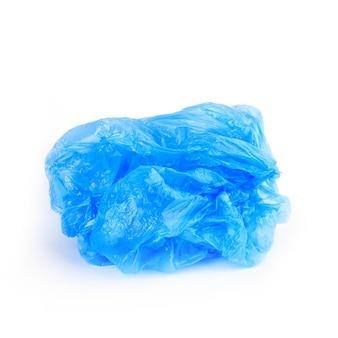 Синий морщинистый пластиковый пакет на белом фоне