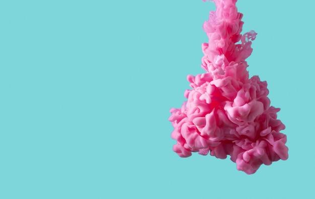 抽象的なパステルミントグリーン色に分離されたピンクの痛みの雲。