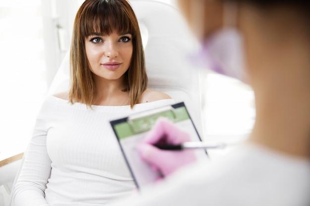 ビューティーサロンコンサルティング若い美しいプロの美容師女性