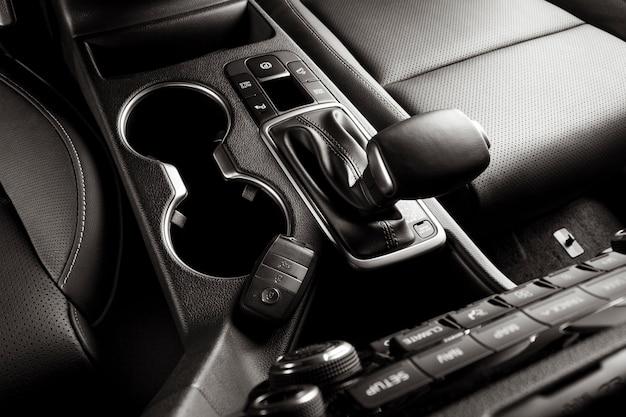Рычаг автоматической коробки передач внутри нового автомобиля