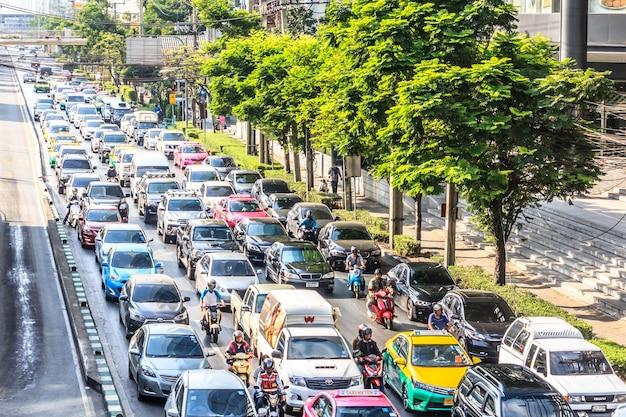 Автомобили присоединяются к сильно перегруженным улицам столицы таиланда.