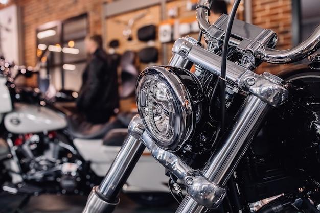 バイクのフロントライト。バイクのクロームライト。バイクのクロームドライビングステアリングの一部。