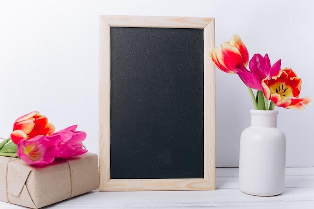 母の日の概念。花と黒板。