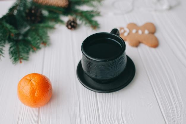 Рождественская концепция, женщина, держащая чашку кофе