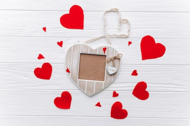 バレンタインデーのコンセプト、木製の写真のフレーム