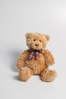 Коричневый плюшевый медвежонок изолированный на белизне. копировать пространство