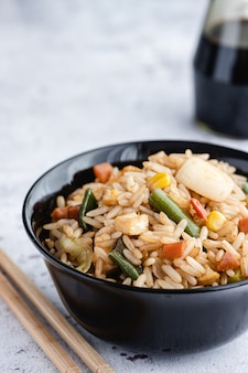 中華野菜チャーハンと卵をボウルに箸と醤油でお出しします。中華料理