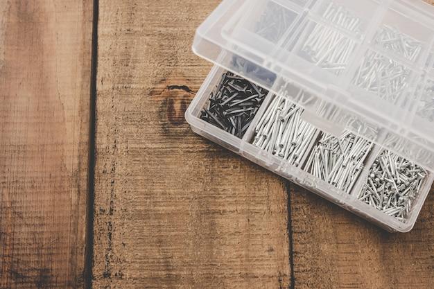 ネイルオーガナイザー。プラスチック製の箱にまとめられたさまざまなサイズの釘。
