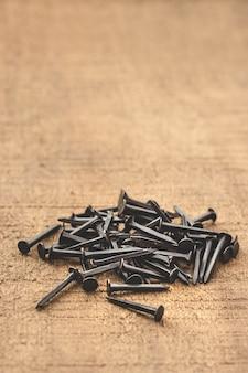 Черные ногти на деревянный стол.