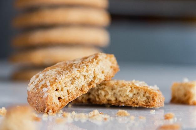 自家製オートミールクッキー。クッキーのスタック。ひびの入ったクッキーの拡大図。