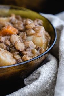 レンズ豆のシチューと野菜のボウル。閉じる。