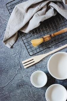 Посуда для приготовления торта на синей поверхности. вид сверху. копировать пространство
