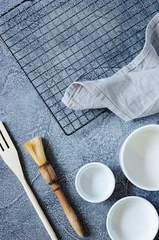Посуда для приготовления торта на текстурированной синей поверхности. вид сверху. копировать пространство