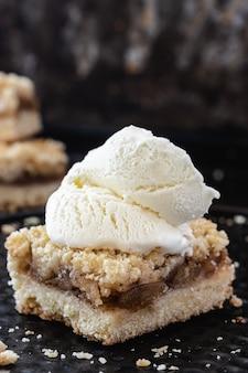 Яблочный десерт с корицей и ванильным мороженым. крупный план. копировать пространство