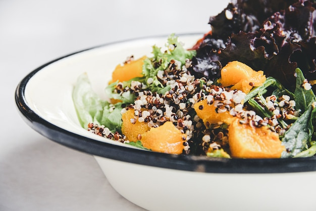 新鮮野菜のキノアサラダ。
