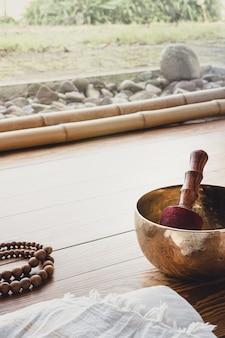 ヨガや瞑想の練習に欠かせないアクセサリー。コピースペース