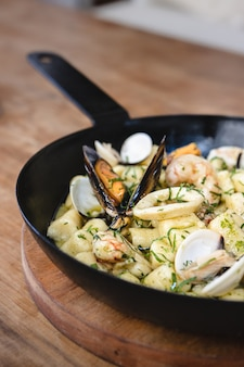 シーフードと自家製ニョッキ。地中海料理。