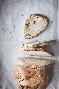 白い布ナプキンでスライスした職人のパン。