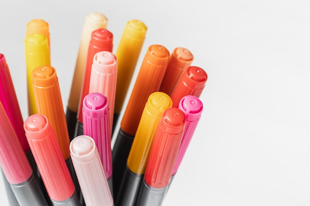 Стек разноцветных маркеров