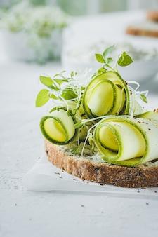 Вегетарианский тост с зелеными овощами